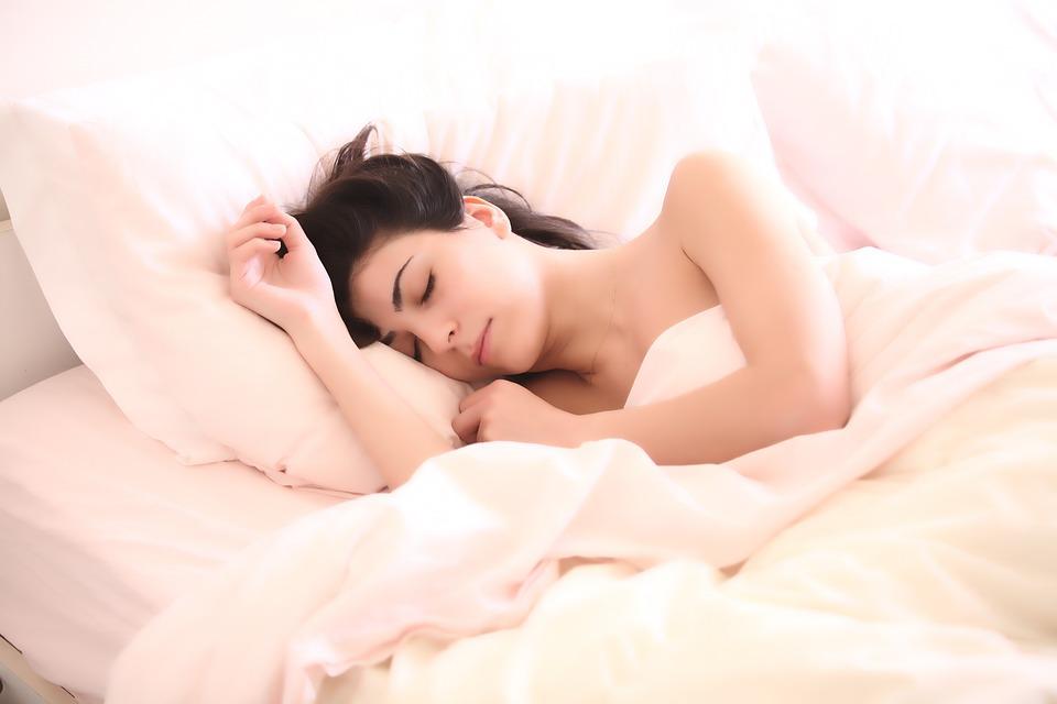 Avere sempre sonno non è un sintomo da sottovalutare. Scopri le cause ed eventuali accorgimenti
