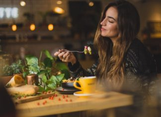 consumiamo più calorie la sera